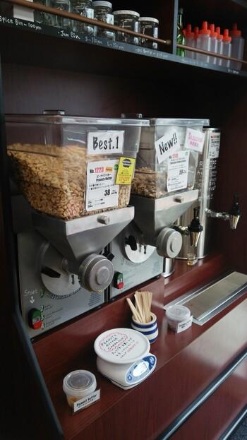 1番人気は、ボタンを押してその場で搾り出されるピーナッツバター。甘味料を使っていないので、素材そのものの美味しさを感じられます。