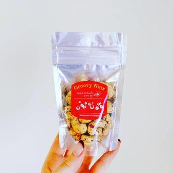 量り売りは、すべてのナッツが均一料金。店内には、フレーバーナッツ以外にも、クルミやピスタチオ、スーパーフードとして注目されているタイガーナッツなどもありますよ。