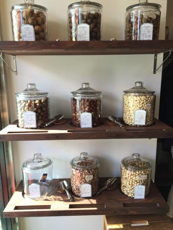 オーナー自ら産地へ足を運び、生産者たちと直接コミュニケーションを取りながら仕入れたナッツは、全部で40種類ほど。手に入りにくい希少品種や、最高品質のものがたくさん揃っています。