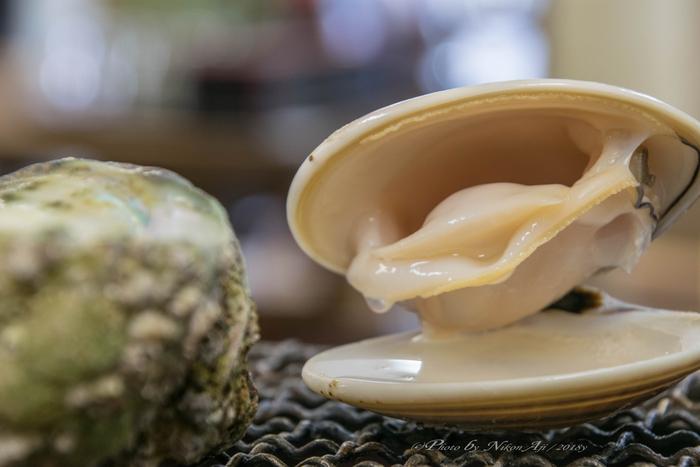 貝にはいろいろな種類がありますが、春に旬を迎えるものが沢山。アサリやハマグリなどもその一種。アサリの場合は秋にも旬を迎えます。シジミでは、ヤマトシジミは夏が旬で、マシジミは冬が旬といわれますが、シジミは産卵前の春から初夏にかけてが一番おいしいという声も。  旬の貝類は、それ以外の時期よりも身が肉厚でぷっくりして風味もより豊かになるのが特徴。ぜひ自分の舌で味わって、貝のおいしさを見極めてみてください。