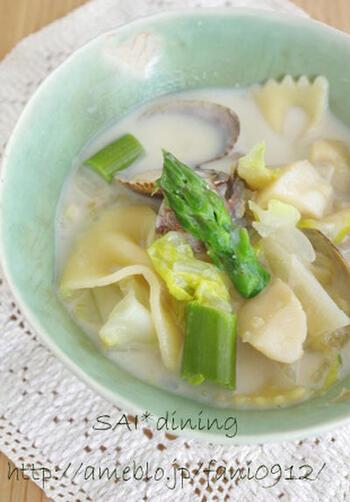 体の調子を整えてくれる薬膳スープ。アスパラや春キャベツなど旬野菜をたっぷりと召し上がれ。ホタテ入りでうまみも十分です。