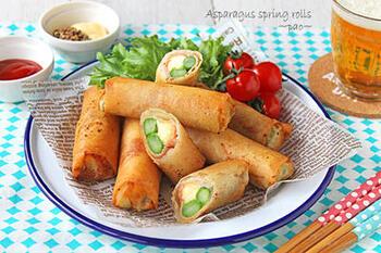 春野菜のアスパラガスを使った春巻き。生ハムとチーズのコクが、おつまみ向きです。ホームパーティーのフィンガーフードとしても喜ばれる一品です。