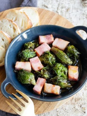 山菜をベーコンと合わせることで、コクのあるアヒージョに。このレシピではふきのとうを使っていますが、タラの芽やこごみなどでもいいですね。