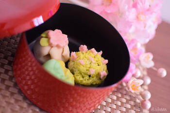 春らしさ満開の和菓子、練り切り。桜の花や春の風景を繊細に表現しています。濃いめの抹茶といっしょに、優雅にいただきましょう。小麦粉などを使わないグルテンフリーですので、ヘルシー志向の方にもおすすめです。