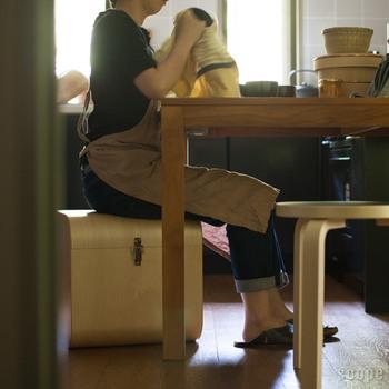 写真のLサイズは人が座れる大きさ。収納にも椅子にもなり、一石二鳥ですね!背の高いペットボトルやワインボトルもすっぽり収まります。キッチンのストック用品やおもちゃ、毛布などを入れても◎