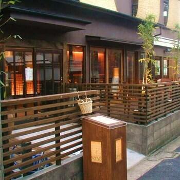 渋谷などにも展開している、人気の和カフェ「神楽坂 茶寮(かぐらざか さりょう)」。本店にあたるこちらの店舗は、一軒家風の作りになっています。  上でご紹介した「ムギマル2」のすぐ近く、神楽坂のメインストリートからちょっと路地を入ったところにありますよ。