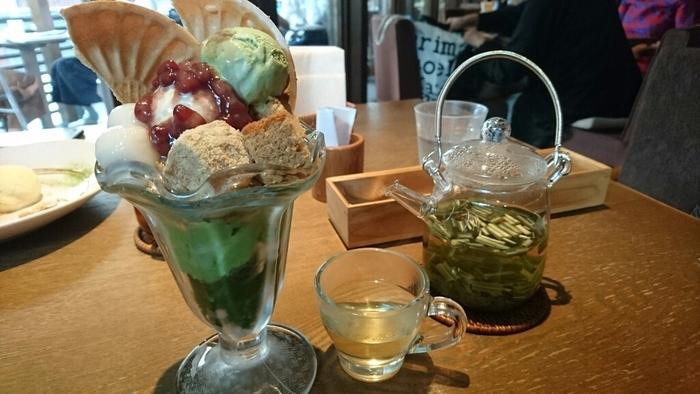 お茶はもちろん、ラテなど、女性に人気のおしゃれカフェメニューがずらり。  そして、このお店の人気スイーツといえば、和の素材をふんだんに使ったパフェ。京都の宇治抹茶のゼリーとプリン、アイスクリームや白玉、わらびもちなど・・豊潤なお茶香る一品です。  また、バニラアイスと一緒にいただくホットスイーツ「京抹茶のチョコレートフォンデュ」、そして「抹茶のレアチーズケーキ」「和栗のモンブランタルト」もおすすめですよ。