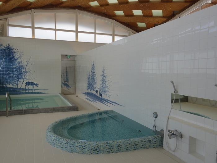お風呂は内湯のみのシンプルな温泉。昔ながらの銭湯のようなレトロな雰囲気ながら、牡鹿半島をイメージしたデザインがおしゃれです。2015年に再オープンしたばかりだから、脱衣所など各スペースがきれいで過ごしやすいのも嬉しいですね。