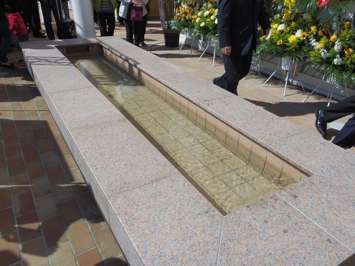 無料の休憩スペースや、女川の町を一望できる展望台があるので、お風呂上がりにほっと一息。温泉は女川駅の2階なのですが1階にはギャラリーがあり、震災の歴史や復興の歩みを見ることができます。駅の前には足湯スポットもありますよ。