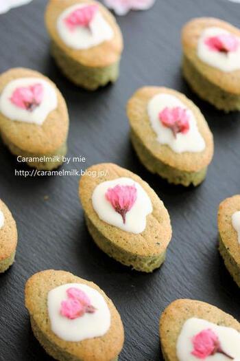 桜とよもぎの香りが優しい春の焼き菓子。かのこ豆と白あんが入っています。おもてなしやプレゼントにぴったりの可愛らしさですね。