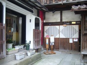 会津若松市の懐かしい風景が残る七日町通りに、「蔵喫茶 杏」はあります。末廣酒造嘉永蔵に併設されている蔵カフェです。酒造の外観も伝統を感じさせる佇まいで、胸が高鳴ります。