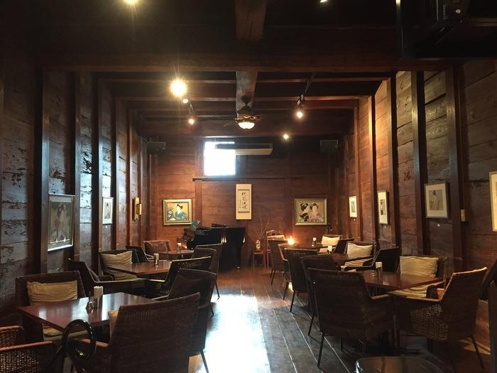 カフェの1階奥にはグランドピアノ。オレンジのライトに照らされて、心地よいジャズかシャンソンが聞こえてきそう。そんなヨーロピアンなインテリアながら、壁にかかった絵画は髪を結い上げた着物の日本女性。大正ロマンを凝縮した空間です。