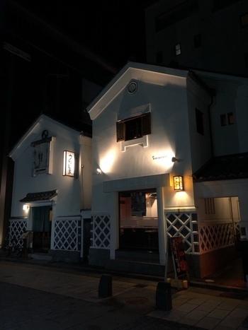 松本城の旧城下町、バーの町。そんなエリアでファンを虜にするのが「MAIN BAR COAT(メインバーコート)」です。蔵の2階を利用したオーセンティックバー。扉を開ければ、美酒に酔いしれる大人の空間。