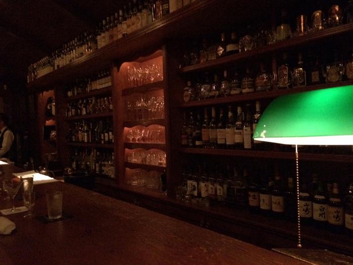 カウンターの向こうは、さまざまなボトルが所狭しと並び、これぞバーという光景です。カウンターの中で静かにお酒を作るバーテンダーも、凄腕の方なのだとか。その所作に見惚れてしまいますね。