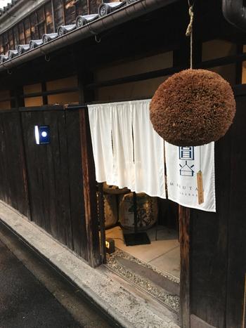 名古屋城のお膝元にある「SAKE BAR 圓谷」は、日本酒蔵元直営の日本酒バーです。お店の前にぶら下がる杉玉が雰囲気抜群ですよね。趣深い蔵は、築150年以上の米蔵をリノベーションしたものです。