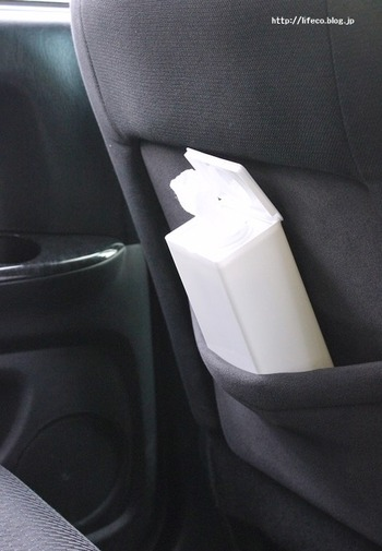 車の中にもあると便利なウェットティッシュ。こちらのケースを使えば、食べ物を食べたりする前や、床にこぼしたものを拭きたいときなど便利です。細身なので邪魔にもならず使い勝手もバッチリ。