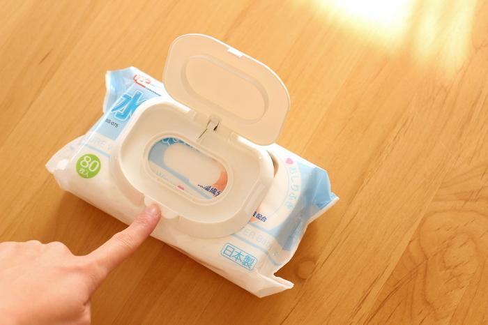 フタの裏側の粘着部分が、ウェットティッシュのパッケージとくっつくので簡単に取り付けられます。しかも、中のウェットティッシュを使い切っても、フタの裏側の粘着力は持続性があるので、また新しいパッケージに付け替えも可能です。とりつけたら、あとは片手の指でワンプッシュでパカッと開くのでとても衛生的。