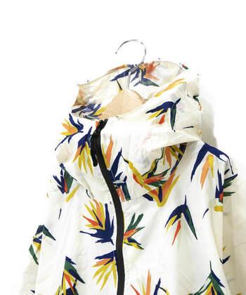 襟元は二重前立てで風雨をしっかりガード。止水ファスナーとシームテープを使用し、全開前開きのフルジップタイプなのでバックパックを背負ったままでも着脱可能です。