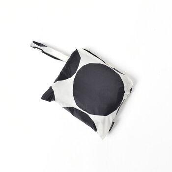 使用しないときはコンパクトに折り畳んでフロントポケットに収納すれば、ポーチのように持ち運ます。