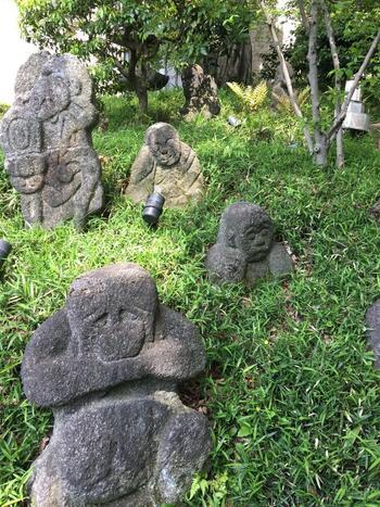 その他にも、十三重石塔、七福神、庚申塔等など見所が数多く点在し、樹齢約500年の椎木の御神木や白玉稲荷神社といったパワースポットもあり、人気です。  【園内に置かれる江戸の画家・伊藤若冲下絵による羅漢】
