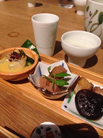 酒造直営の「圓谷」は、日本酒を愛するバー。日本酒の種類が非常に多く、各地の美味しいお酒を飲み比べしながら楽しめます。スパークリングや日本酒ベースのカクテルもあるから、日本酒は苦手という人もきっとお気に入りの1杯が見つかりますよ。