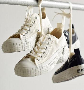 1994年発売のコンバースの名作スニーカー「オールスターリブド」の復刻スニーカー。足を覆うボリュームのあるソールと色褪せたようなレトロな風合いが特徴です。