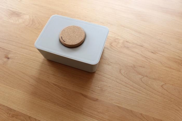 コルクのフタがキュートな「sarasa design store」のウエットティッシュホルダー。幅170×奥行120×80 mmサイズなので、お掃除シートやおしりふきケースとしても使えて◎。ケースのフタはシリコン製のパッキンでキッチリ密封できるので、乾燥の心配もなくて安心。ケケースは樹脂製なので傷も目立ちにくく、いつまでもキレイに愛用できそう。