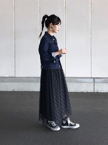 甘めのスカートも、メンズ感が漂う濃紺デニムジャケットを合わせるとカッコイイ着こなしに。シフォン素材のスカートなので、無骨さのあるジャケットに対して、春らしい軽やかさを出せています。