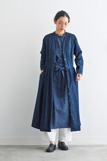 一枚でもサマになるデニムのシャツワンピは、羽織りとして使ってもgood。濃紺カラーは,、白パンツとの相性が良いので、センスの良いナチュラルでかっこいい大人コーデに仕上がります。
