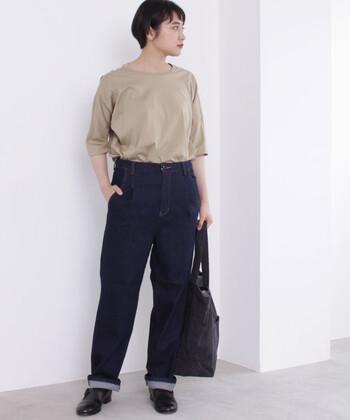 ザ・定番とも言える濃紺デニムのパンツは、一枚持っておけば大活躍間違いナシのマストアイテムです。少し太めのボーイズパンツは、ロールアップさせてスッキリ♪上質な皮革シューズを合わせて、洗練されたスタイリングを叶えます。