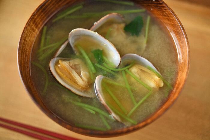 まずは定番、アサリの味噌汁から。貝そのものにだしのおいしさが備わっているので、味噌汁に使うだしは昆布一切れでOK!アサリは入れ過ぎないようにするのがコツ。アサリから出てくる塩気もあるので、いつもより味噌は少なめで。500mlの水なら、アサリは150g~200gほどがおすすめ。仕上げに三つ葉などの薬味を混ぜたら完成です♪