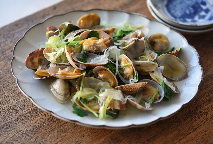 こちらも定番、アサリの酒蒸しです。アサリ自体が一番食べ応えのある旬の季節には特におすすめ。アサリのおいしさをたっぷり満喫できますよ。アサリだけでもおいしいですが、野菜と一緒に蒸すと、おかずとしてのボリュームもアップします。  野菜を入れる場合は、味をみて塩やポン酢などをプラスすると良いのだそう。蒸し上がったら汁は捨てずに盛り付けてくださいね♪