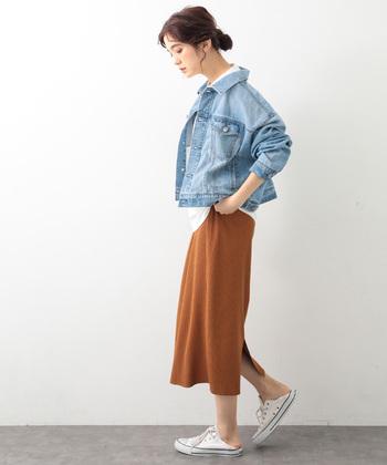 明るめのブルーデニムは、春らしさ抜群!デニムジャケットは、大きめサイズで着るのが旬なスタイルです。ビッグシルエットでも、軽やかで春らしい爽やかさが漂いますね。