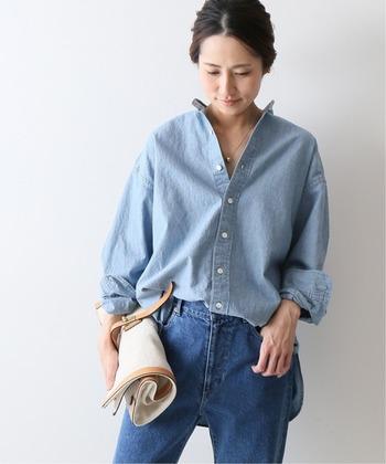 ブルーデニムのシャツは、大人のカジュアルコーデをかっこよく仕上げてくれます。ボトムスにやや濃いめのデニムを合わせ、濃淡をつけたセットアップスタイルは、オシャレ上級者のテクニック。真似したいコーデです。