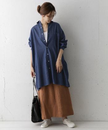 着回し力の高いデニムのチュニックシャツ。インナーに明るめの白を合わせることで、季節感のある爽やかなスタイリングに。ロングスカートを合わせたルーズなシルエットがおしゃれですね。