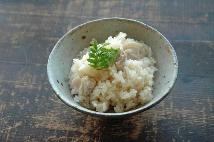 ハマグリの優しい味わいは、ご飯と合わせても◎。ハマグリは昆布を入れた水で茹で、貝の口が開いたら取り出します。火を通し過ぎると硬くなるので要注意。茹でただし汁を使ってご飯を炊きます。醤油&みりんと一緒に、具は入れずにご飯だけ炊きましょう。  炊き上がったら、ハマグリの身を入れて少し蒸らしてから混ぜます。こちらも木の芽があればぜひ添えてみてください♪