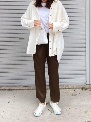 ブラウンのパンツに白シャツを合わせてトレンドを詰め込んだシンプルコーデ。パンツ以外のカラーを統一することでお洒落度もぐっとアップします。