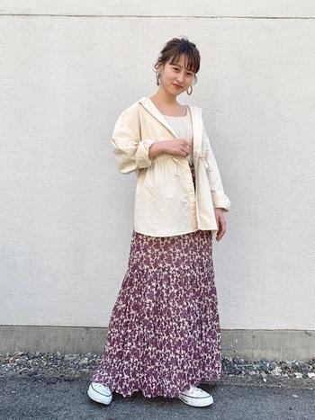 柄スカートは女性らしく春らしい印象に見せてくれるアイテムです。その魅力が際立つように、トップスはアウターもインナーも同色で統一。