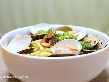 ハマグリとラーメンは好相性。未体験の人はぜひ試してみてくださいね。  ハマグリは炒めたニンニクと一緒に酒蒸しにして、そのだし汁を利用して、水と鶏ガラスープの素でラーメンのスープを作ります。スープに茹でた麺を入れ、ひと煮立ちさせましょう。ハマグリと一緒に盛り付けたら、青ネギやカリカリに焼いたニンニクなどをトッピング。そこにコショウを振ると絶妙な味に♪