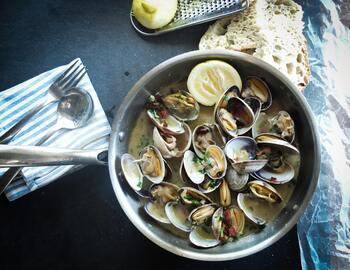 貝料理は下ごしらえの手間や調理手順などが大変そう…と敬遠されがちですが、方法がわかれば平気!簡単なレシピも多いので毎日の献立に活かせますよ。まずは手に入れやすいアサリやハマグリ、シジミなどを使って、得意料理のレパートリーを広げてみてくださいね♪