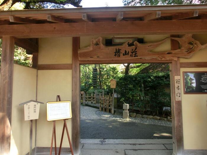"""「椿山荘」の庭園は、式場利用者やホテル宿泊者でなくても、""""入場無料""""で、ゆったり庭園鑑賞が出来ます。  ホテルの入口からも庭園に入れますが、「江戸川公園」から歩くのなら、神田川沿いの「冠木門」から入るのが便利です。目白通りからなら、3階正面フロント前のエスカレーターを利用し、1階から庭園へ入りましょう。"""
