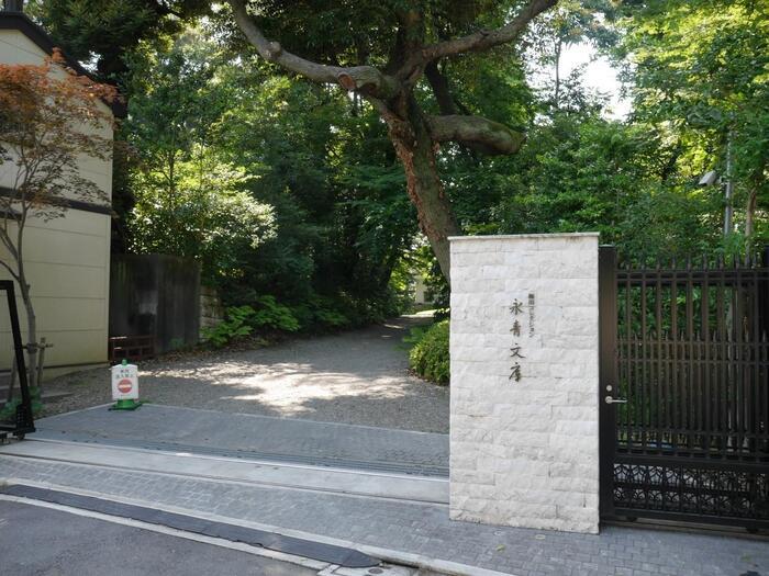 「関口芭蕉庵」から急勾配の胸突坂の階段を上りきった先の右手に佇む「永青文庫」は、旧熊本藩細川家・第16代細川護立によって設立された、細川家伝来の所蔵品を展示する施設です。