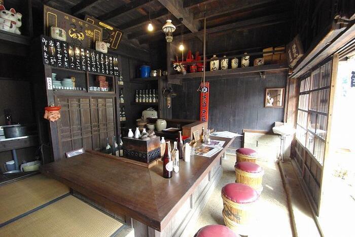 1970年頃の姿に復元された居酒屋。カウンター内には熱燗を作るための酒燗器が。どじょうや雀やき、たたみいわしなどといったお品書きも当時の風景を思わせます。この建物で営業していた「鍵屋」は現在でも鶯谷で営業が続けられていますよ。