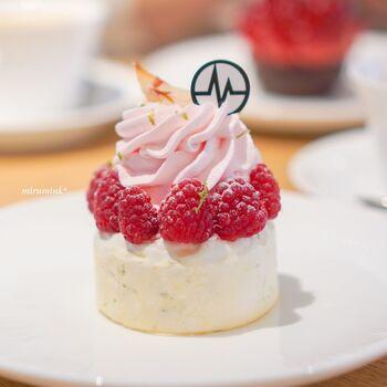 ミシャラク表参道(MICHALAK OMOTESANDO)は、明治神宮前駅から徒歩1分ほどの距離にあるお店。パリからやってきたパティスリーで、この店舗が、海外初出店になります。  ケーキのようなパブロバは、ライチの香るクリームが軽やかで、いくらでも食べられそう。