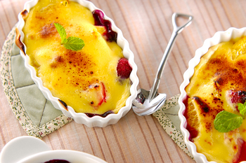 卵黄を使ったお菓子といえば、カスタードは定番中の定番ですよね。フルーツをカスタードで焼き上げるフルーツグラタンなら、目先も変わって、子供たちもびっくりしてくれそうです。
