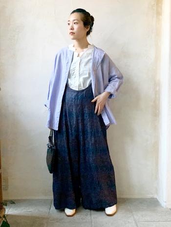 デニム素材のサロペットに、刺繍ベストをINして柔らかな雰囲気をひとさじ。春らしカラーの上着をバサっと羽織れば、重たさを感じさせないリラックスコーデに♪襟元の刺繍がとってもキュート!
