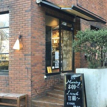 駒沢通り沿いにある「KOMAZAWA PARK CAFE(コマザワパークカフェ)」は、レンガ造りの外観が印象的。早朝から営業しているので、モーニングを楽しむ方も多いんですよ。