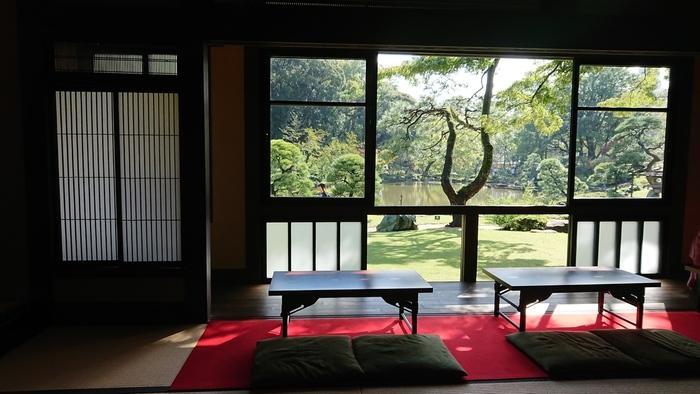 「松聲閣」の窓からは、園内が一望でき、大名さながらの気分を味わえます。「松聲閣」にも手水鉢や水琴窟、飛び石が配された庭があり、情緒豊か。