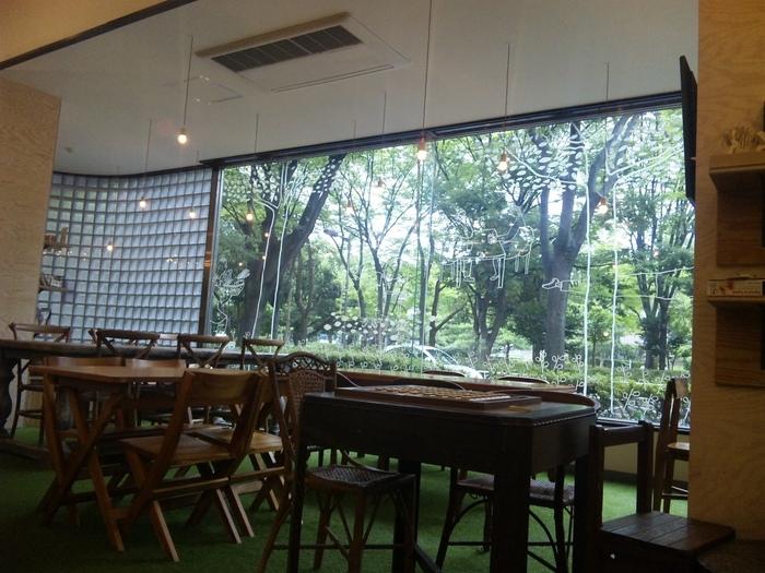 「Organic Cafe' LuLu(オーガニックカフェ ルル)」は、インターナショナルプリスクールに提供するオーガニック100%の給食をもとにしたお料理が食べられる、親子連れに人気のカフェ。店内からは、木場公園の緑が一望できます。