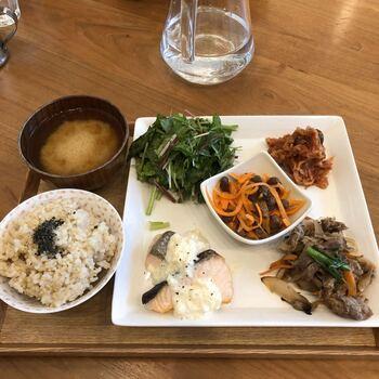 1番人気の「パーフェクト5品セット」は、主菜、副菜、玄米ごはん、お味噌汁が日替わりでいただけます。栄養士さんや調理師さんが作る、バランスの良い健康的な食事が食べられるのはうれしいですよね。
